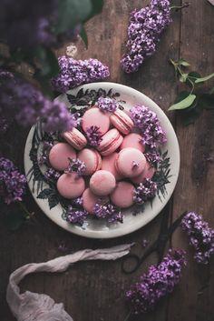 Macarons de chocolate branco, morango e rosa / Strawberry rose & white chocolate macarons - Coco e Baunilha Freeze, Strawberry Roses, Gel Food Coloring, Chocolate Cream, Rose Water, Almond Flour, Baking, Powdered Sugar, White Chocolate