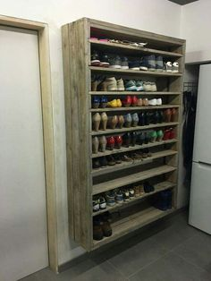 DIY Shoe Racks - Giant Shoe Rack Made Out Of Discarded Pallets - Easy DYI Shoe Rack Tutorial - Cheap Closet Organization Ideas for Shoes - Wood Racks, Cubbies and Shelves to Make for Shoes Wood Shoe Rack, Diy Shoe Rack, Cheap Storage, Diy Storage, Food Storage, Pallet Storage, Storage Units, Hanging Storage, Diy Pallet Projects