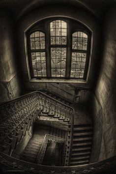 A Scooby Doo abandoned monster staircase to hell hahahahah Old Buildings, Abandoned Buildings, Abandoned Places, Abandoned Castles, Escalier Design, Foto Art, Stairway To Heaven, Dark Places, Gothic Architecture