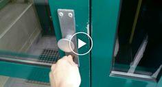 Homem Tem Ideia Genial Para Abrir a Porta Do Seu Prédio Sem Ter De Usar a Chave http://www.funco.biz/homem-ideia-genial-abrir-porta-do-predio-sem-ter-usar-chave/