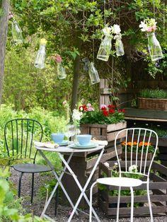 Blomstertema! De nätta trädgårdsstolarna LÄCKÖ smälter vackert in.