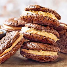 Brownie sandwich cookies with walnut cream Dessert Drinks, Dessert Recipes, Walnut Cookies, Sweet Little Things, Sweet Bakery, Peanut Butter Recipes, Sandwich Cookies, Food Inspiration, Baking Recipes