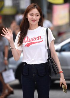 Lee Sung-kyung waves on her way to a party for the finale of her TV series 'Doctors' in Seoul on Wednesday. Korean Actresses, Korean Actors, Lee Sung Kyung Fashion, Weightlifting Kim Bok Joo, Eddy Kim, Sung Hyun, Kim Book, Shin Se Kyung, Joo Hyuk