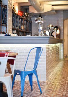Azulejo tipo metro en el frente de la barra de un bar. Porqué no?