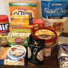 Looking for inspiration for relatively inexpensive snacks to pick up for your dorm? Here's a list of some of the most highly recommended snacks and foods to keep on hand at all times, for all your snacking needs in college. College Dorm Food, College Dorm Storage, College Life, Dorm Organization, Dorm Life, College Hacks, Dorm Room Snacks, Dorm Room Food, Healthy College Snacks