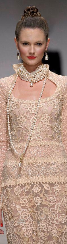Raffaella Curiel Couture Fall-winter @michaelOXOXO @JonXOXOXO @emmaruthXOXOXO @emmammerrick  #PEARLFECION