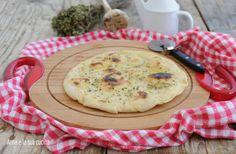 Pizza bianca in padella sottile e croccante