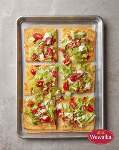 Classic cheesy nachos with a twist - topped with feta cheese roasted peppers kalamata olives Greek salad and hummus dollops Vegetarian Recipes, Cooking Recipes, Healthy Recipes, Grub Recipes, Recipies, Bacon Pizza, Ultimate Nachos, Cheesy Nachos, Pizza