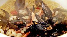 Linguine con Cozze e Gamberetti er en perfekt rett til fredagskvelden. Langs hele Italias kyst blir du tilbudt denne retten i en eller annen form. Kanskje med andre slags skjell, blekksprut eller en kombinasjon av flere.