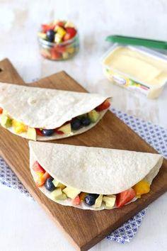 Lunchwrap met mango, aardbei en avocado. Heerlijk. recept via de bron Guacamole Mix, Good Food, Yummy Food, Roll Ups, Recipes From Heaven, Hot Sauce, Bon Appetit, Smoothie, Buffet