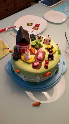 Clarissa liebt es bunt und hat uns diese TolleTorte mit Thema Bauernhof eingesandt. Drunter steckt ein Regenbogenkuchen, für den Ihr am besten die Pati-Pastenfarben verwendet:  www.tolletorten.com/Farben-Stifte/Pasten:::415_548.html?utm_source=Facebook&utm_medium=Post&utm_campaign=FBPastenfarben