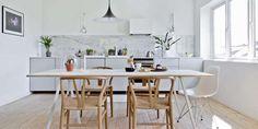 KLASSISK INNREDET: Den ene halvdelen av det 30 kvadratmeter store allrommet er forbeholdt kjøkkenet. Rommet er enkelt innredet, men det som er av møbler er selvsnekret eller designobjekter. - Design alene gjør ikke et rom. Det er lyset, materialene og hvordan ting er satt sammen som avgjør om rommet er velmøblert eller ei, mener Kenneth. En hvitlasert plate over to bordben fra Hay er spisebord godt nok. Rundt det står Wegners klassiske Y-stoler. Pendelen er fra Gubi, og stolen på enden er…