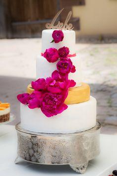 Hochzeitstorte mit frischen Pfingstrosen & Gold detail - wedding cake with fesh peony & gold details by Jessica Mauer Patisserie