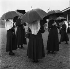 Walcheren 1954, dames in klederdracht onder paraplu Collectie Stadsarchief Amsterdam #Zeeland