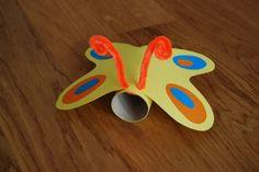 Mariposa hecha con rollos de papel.