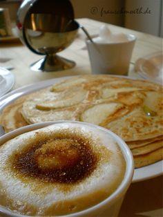 Frau S hatte, nach eigener Aussage, das beste Frühstück der Welt: und wenn Obstpfannkuchen und ein Cappu mit so tollem Milchschaum den Titel nicht verdient haben, dann weiß ich auch nicht mehr...