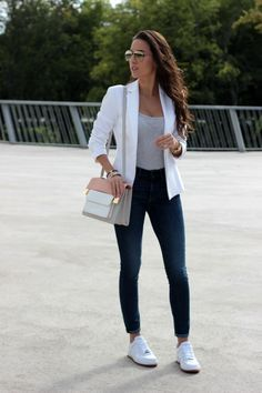 Chica usando un blazer color blanco
