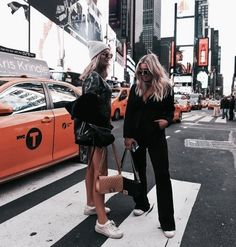 Girls in nyc Times Square with designer bags Best Friend Pictures, Bff Pictures, Friend Photos, New York Pictures, New York Photos, Bff Goals, Best Friend Goals, B&w Tumblr, Photographie New York
