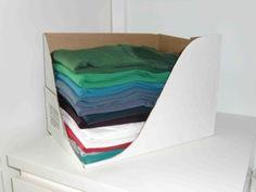 Uit een doos met een bodem van ongeveer A4-formaat één hoek eruit snijden, T-shirts erin en je ziet meteen welke shirts er op de stapel liggen. Bovendien kan ik het shirtje dat ik aan wil er makkelijk uit halen zonder dat de hele stapel omvalt!