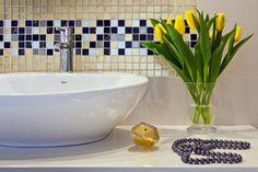 Łazienka, mozaika w łazience, umywalka, nowoczesna łazienka, elegancka łazienka, mozaika na ścianie. Zobacz więcej na: https://www.homify.pl/katalogi-inspiracji/25471/kolorowe-kafelki-w-lazience-7-inspirujacych-aranzacji