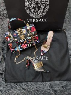 New Collection Versace shoe & Bag Set Versace Shoes, Versace Bag, Gucci Handbags Outlet, Gucci Purses, Prada Handbags, Lv Boots, Gucci Boots, Backpack Outfit, Backpack Bags