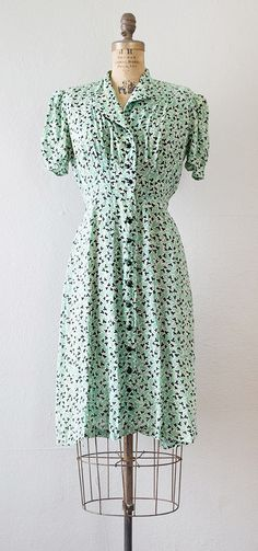 1930s mint green and black print day dress with short puffed sleeves, slightly padded shoulders, and released tucks from the top that meet into pleats from the waist creating a very tailored flattering fit. Black multifaceted buttons march down the front. Via Adored Vintage. 1930s Fashion, Retro Fashion, Fashion 2017, Fashion Online, Costura Vintage, Day Dresses, Short Dresses, Prom Dresses, Vintage Dresses