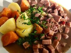 FutoMakin Makkarakastike - Kotikokki.net - reseptit Potato Salad, Potatoes, Ethnic Recipes, Food, Potato, Essen, Meals, Yemek, Eten