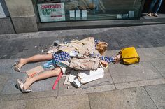 Fashion Victims: Spanish Artist Yolanda Dominguez Protests Unethical Clothes on the streets of Madrid Queer Fashion, Fast Fashion, Fashion Week, Fashion Trends, Trending Fashion, Slow Fashion, Fashion Tips, Dandy, Ap Magazine