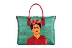Hochwertige Handtasche / Henkeltasche aus Korkstoff mit Bild von Frida Kahlo. Verwandelbar per Knopfdruck in 3 verschiedene Taschenformen. Für alle deine Sachen. Schöne Damentasche. Das perfekte Modeaccessoire für den Sommer. Handgefertigt in Portugal. www.korkeria.ch   #kork #korktasche #handtasche #fridakahlo #3in1 #henkeltasche Portugal, Tote Bag, Bags, Design, Fashion, Frida Kahlo, High End Handbags, Cool Patterns, Pocket Pattern