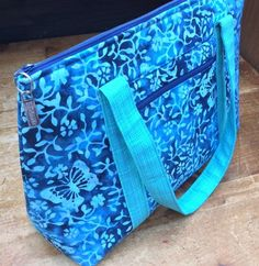 Coordinating Travel Bag Project - Sew, What's New? Bag Patterns To Sew, Sewing Patterns, Sewing Projects, Sewing Tips, Sewing Ideas, Patchwork Bags, Fabric Bags, Travel Bags, Bag Accessories
