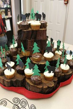 rustic and woodlands baby shower cupcakes Perfect woodland cake, baby shower and birthday decorations ideas, with wood and forest animal theme. Cheap, DIY & Editable Printable Template for wedding and baby shower - CLICK & TRY FOR FREE! Lumberjack Birthday Party, Boy First Birthday, 50th Birthday Party, 1st Boy Birthday, Birthday Ideas, Lumberjack Cupcakes, Birthday Decorations, Rustic Cupcake Display, Rustic Cupcakes