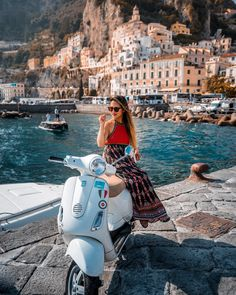 Discover a country full of history! book your accommodation in Italy! Scooter Girl, Scooter 50, Piaggio Scooter, Vespa Girl, Vespa Lambretta, Vespa Motor, Motor Scooters, Vespa Scooters, Cafe Racing