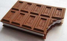Sık sık not alan bir öğretmeniniz varsa, ona verebileceğiniz ilginç öğretmenler günü hediyelerinden biri daha. İlk bakışta defter olduğu pek belli olmayan Çikolata Not Defteri, leziz bir çikolata görünümde. Hatta köşesinden bir ısırık alınmış olarak! Bu şirin not defteri, öğretmenler günü hediyesi olarak verilebilecek ucuz hediyelerden.  Ürün detayları için: http://www.hediyedenizi.com/hediye/chocolate-notebook-cikolata-not-defteri/