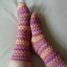 Lollipop is a simple, but IMHO effective pattern that easily can be varied. The pattern originally has been written for a special ball of yarn in selfstriping, bright lollipop colours. But of course you can also knit these socks in any solid colour or with hand dyed yarn.
