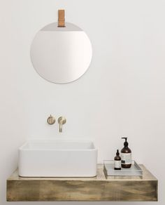 Was für ein cooler Mix - spiegelnd kühle Fläche trifft auf warm-braunes Leder! Der schicke kreisrunde Spiegel von ferm Living wird an einem Lederband aufgehängt und ist somit ein einzigartiger Blickfang egal in welchem Zimmer.