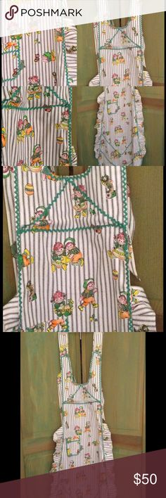 🎅 🆕 NOS AUTUMN RAGGEDY ANN & Andy Apron FULL LENGTH RAGGEDY ANN and RAGGEDY ANDY Fall Colors Apron  Features: Green Zip-Zag trim to outline areas of apron Black Vertical Stripes  Halter Neck line Tie back around the neck  Shoulder straps that extend around the neck Ruffled edges  Full length : Measures 56 inches long from mid-strap to bottom hem, at longest point Thick Cotton fabric  Apron is in excellent vintage condition. Fabric unwashed.  *Note Apron has been lightly steamed to knock…