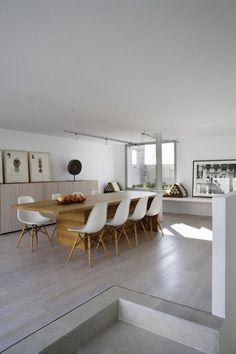 Lange eetkamertafel met Eames stoeltjes Door Nieuwewoning