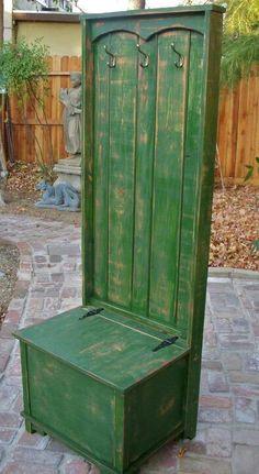 Banco, baúl, perchero y además se puede hacer con material de reciclaje.