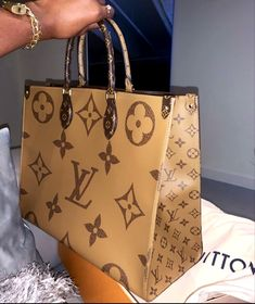 Luxury Purses, Luxury Bags, Luxury Handbags, Vuitton Bag, Louis Vuitton Handbags, Purses And Handbags, Sacs Design, Cute Purses, Cute Bags