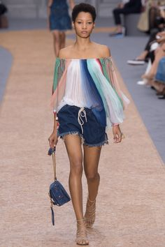 See all the Collection photos from Chloé Spring/Summer 2016 Ready-To-Wear now on British Vogue Fashion Week Paris, Fashion Show, Chloe Fashion, Trends 2016, 2016 Fashion Trends, Spring Summer 2016, Spring Summer Fashion, Summer Time, Spring Trends