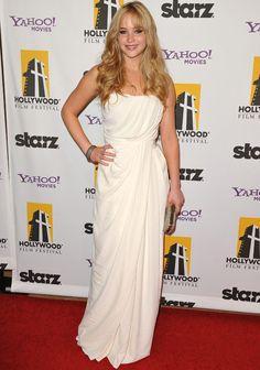 Drapeado:Jennifer Lawrence-Los vestidos columna de inspiración griega como este drapeado en blanco destacan sus curvas y favorecen su silueta.
