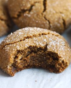 Gluten-free, vegan gingersnap cookies made with quinoa flour! They're crunchy on the outside, chewy on the inside and absolutely delicious! Quinoa Flour Recipes, Okara Recipes, Quinoa Desserts, Vegan Sweets, Healthy Sweets, Healthy Baking, Vegan Recipes, Healthy Sweet Treats, Healthy Cookies