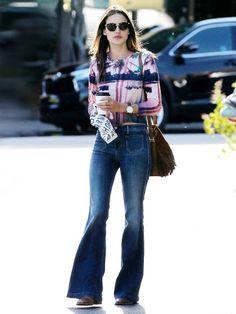 Model Alessandra Ambrosio mit Flared Jeans von J Brand.