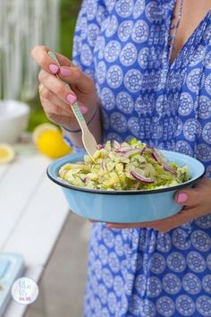 Ten przepis na sałatkę ziemniaczaną bije wszelkie rekordy popularności na wszystkich imprezach grillowych. Sałatka jest lekka, gdyż nie doprawiam jej żadnym ciężkim sosem. Wystarczą młode ziemniaki i chrupiące ogórki małosolne, a charakteru nadaje jej szczodry dodatek świeżo mielonego pieprzu. Pyszne i proste, a o to przecież chodzi w letniej kuchni ...czytaj Grilling Recipes, Cooking Recipes, Healthy Recipes, Polish Recipes, Polish Food, Bbq Grill, Food Design, Serving Bowls, Side Dishes