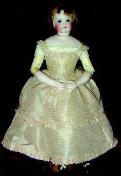 Jolie poupée parisienne avec tête buste en biscuit pressé, bouche fermée, yeux…