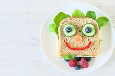 Grab a bento box and get ready to create the cutest lunch your kids ever did see! Here are 15 bento box recipes for kids! Healthy Snacks For Kids, Healthy Foods To Eat, Healthy Eating, School Lunch Box, Bento Box Lunch, School Lunches, Snack Video, Edible Food, Kids Boxing