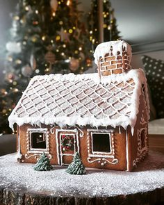 Homemade Gingerbread House, Gingerbread House Designs, Gingerbread House Parties, Christmas Gingerbread House, Christmas Mood, Noel Christmas, Christmas Goodies, Christmas Treats, Gingerbread House Template