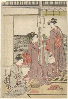 Torii Kiyonaga | Maanfeest, Torii Kiyonaga, 1785 - 1789 | Drie vrouwen in een kamer met uitzicht op de river de Sumida en de Rogoku brug; vrouw met waaier staand op veranda, pratend met vrouw in dezelfde kleding zittend in vensterbank, een derde vrouw met waaier zittend bij komfoor. Linkerblad van triptiek.