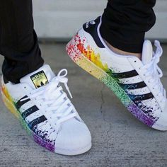Trendy Sneakers 2018 : Adidas,Superstar blanche avec taches de couleurs - Vestido Tutorial and Ideas Adidas Shoes Women, Adidas Sneakers, Shoes Sneakers, Jordan Sneakers, Adidas Led, Women Nike, Black Sneakers, Adiddas Shoes, Holo Shoes