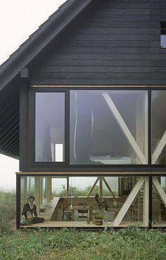Raumhohe Fenster im Obergeschoss sowie durchgängig freie Sicht im Erdgeschoss machen das Wohnen im Haus Balsthal zum Naturerlebnis. © Ioana Marinescu